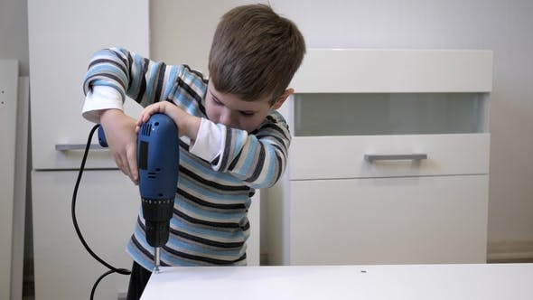 Thumbnail for Kind hilft Eltern bei der Möbelmontage