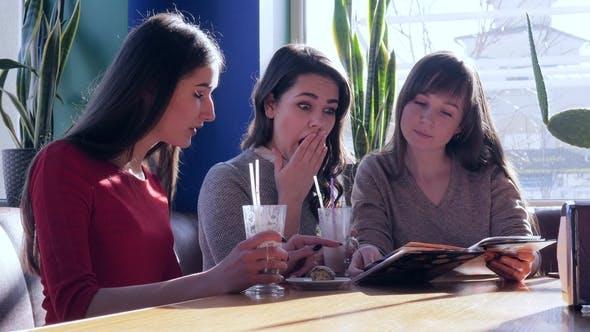 Thumbnail for Schöne Freundinnen mit Menü in den Händen