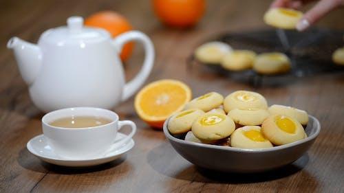 Plätzchen mit Orangenmarmelade in eine Schüssel geben Orange Cookies