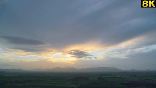 Geräumiger heller Sonnenuntergang auf Ebene