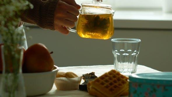 Thumbnail for Tee wird in Glas Teetasse gegossen