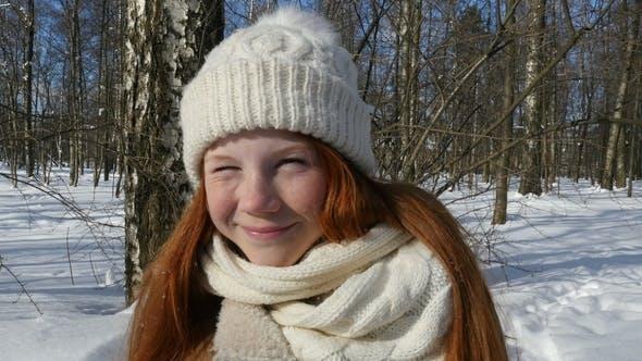 Gesicht des schönen lächelnden Kid, Teenager-Mädchen rothaarig, Kind zu Fuß im Winter Sunny Day
