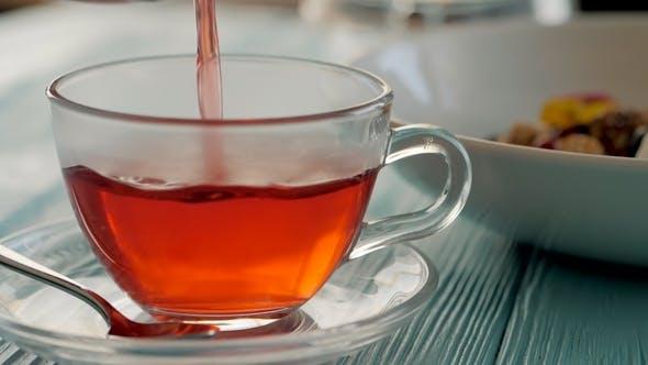 von Frau Kellner Gießen Heißer Kräuterkarkade Tee in transparenten Glas Tasse in. Gesundes Frühstück in