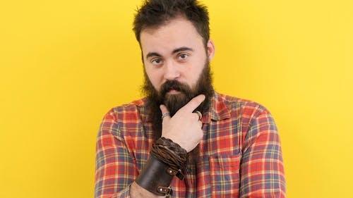Cooler Hipster mit langem Bart