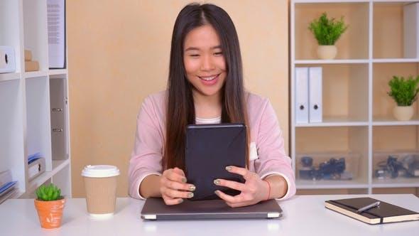 Thumbnail for Asiatische weiblich hat Video anruf am Arbeitsplatz