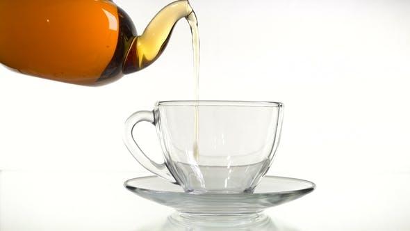 Cover Image for Tee Gießen in der Tasse isoliert auf Weiß