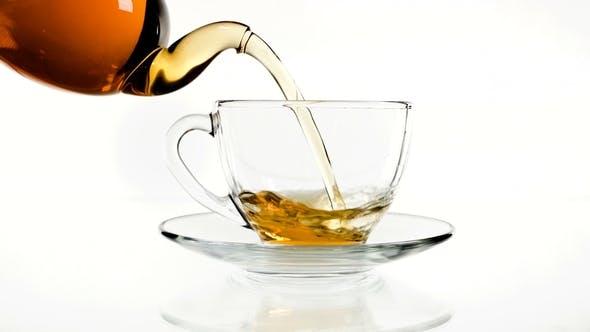 Thumbnail for Tee Gießen in der Tasse isoliert auf Weiß