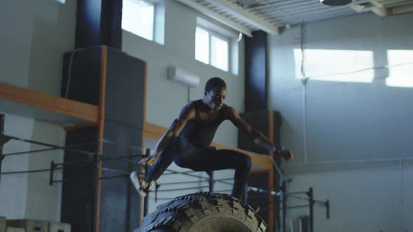 Thumbnail for Mann Springen über große Reifen während des Trainings