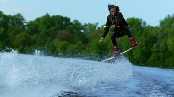 Thumbnail for Mann Reitbrett auf Wellen des Flusses Ausbildung Prozess des Wasserski