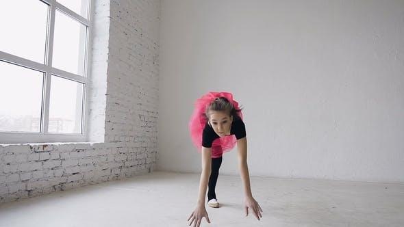 Thumbnail for Gymnastikschule. Niedliche Turnerin Mädchen Führt ein Backflip mit Händen in der geräumigen weißen Ballsaal