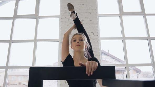 Thumbnail for Flexible Niedlich Mädchen Turnerin Ist Aufwärmen