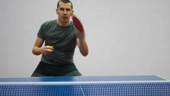 Junger Tischtennisspieler im Spiel. Aktion-Schuss.