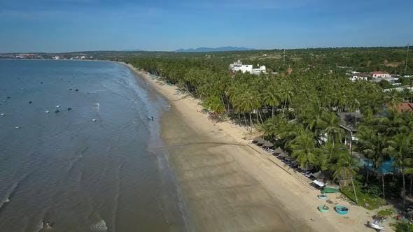 Thumbnail for Wide Long Ocean Beach entlang Hotels unter Palmen
