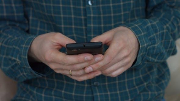 Thumbnail for Frauenhände Tippen Textnachricht auf dem Smartphone