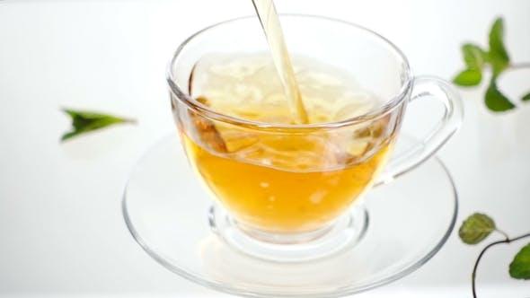 Thumbnail for Heißer Kräutertee mit Ingwer, Zitrone und Minze. Ingwergetränk in transparenter Teekanne. Gesunder Zitronentee