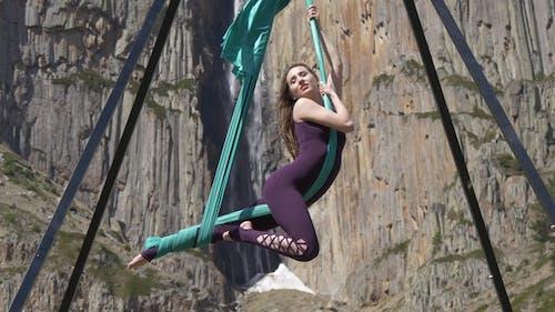 Gymnastique sur le fond d'une cascade