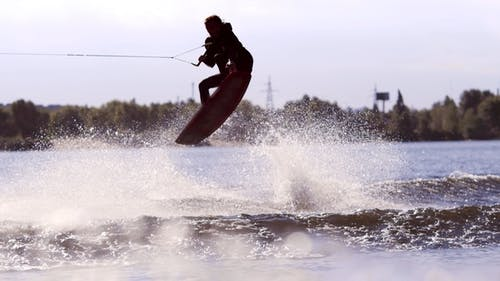 Mann Making Extreme Jump on Wakeboarding Extreme Wassersport