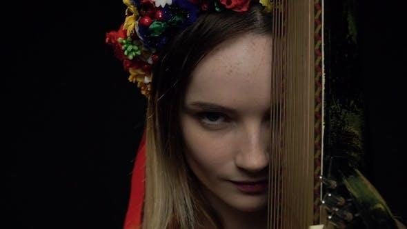 Thumbnail for Ukrainische Mädchen sieht spielerisch auf die Kamera in der Nähe der Pandora