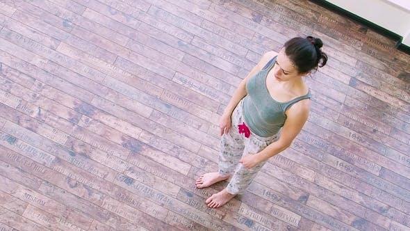 Atemberaubende Frau Stretching zu Hause tun Yoga Lunge