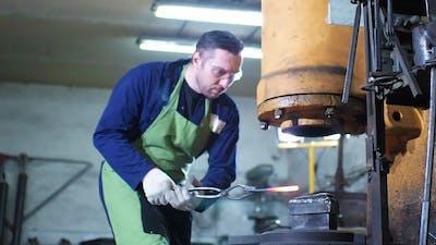 Blacksmith Hammering Hot Iron Automatic Hammer