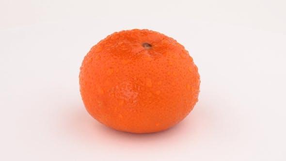 Thumbnail for Bio Mandarine Orange in Wassertropfen rotierend auf Drehtisch. Isoliert auf weißem Hintergrund.