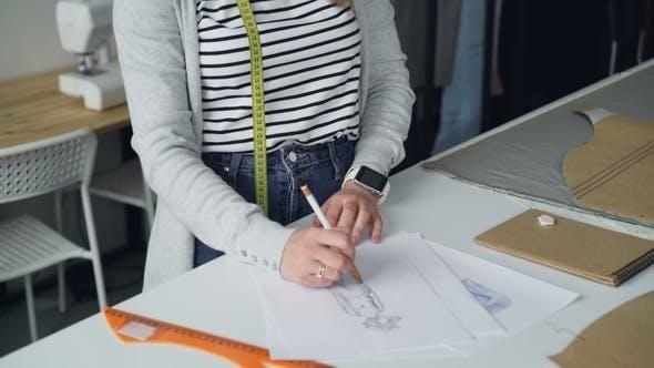 Die Neigung der Künstlerin und Bekleidungsdesignerin zeichnet das Kleidungsstück der Frauen für die zukünftige Modenschau