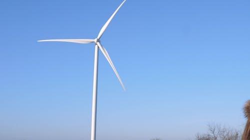 Amüsiert Mädchen starrt in die Ferne auf Hintergrund der Windmühle und Himmel
