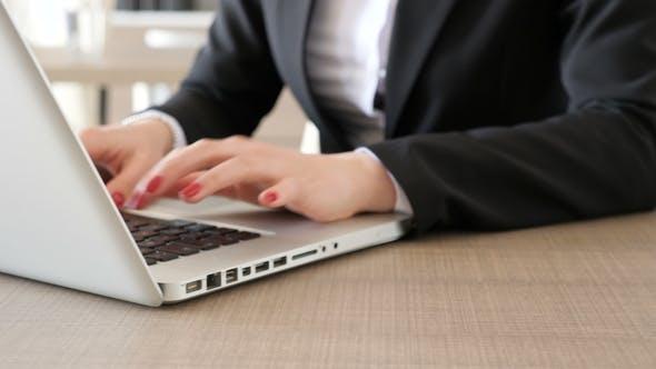 Thumbnail for Geschäftsfrau Hände mit roten Fingernägeln Tippen auf Laptop