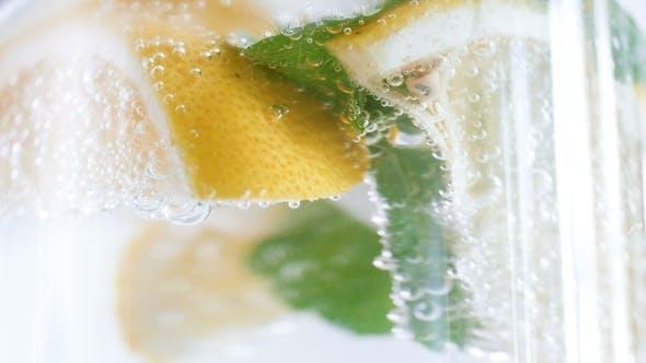Thumbnail for Filmmaterial der Kamera defokussiert langsam auf Bubles in Limonade