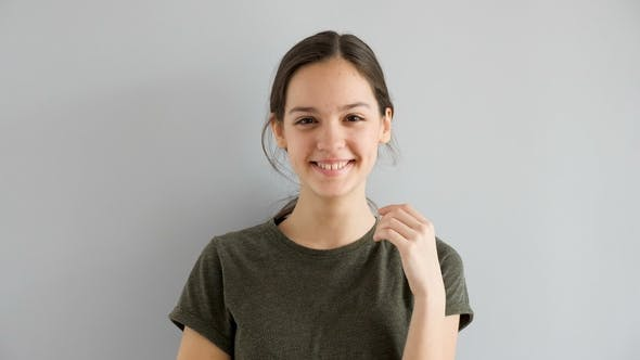 Schöne Niedlich Teenage Mädchen Lächeln natürlich auf grauen Hintergrund
