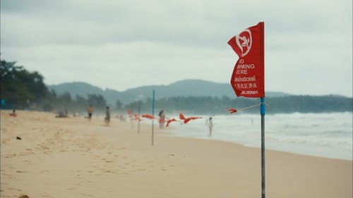 Rote Gefahr Flagge am Strand