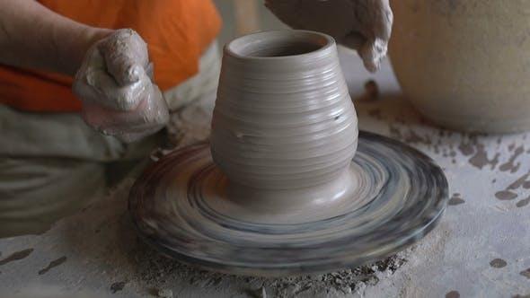 Thumbnail for Potter formt eine Vase auf einem Töpferrad