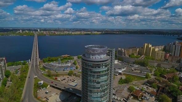 Thumbnail for Luftaufnahme eines Wolkenkratzers in der Nähe eines Flusses mit einer Brücke