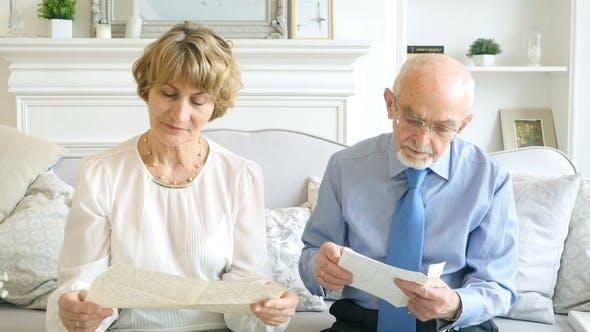 Thumbnail for Senior Glückliches Paar zusammen Lesen Alte Briefe, Denken Sie daran, die Vergangenheit