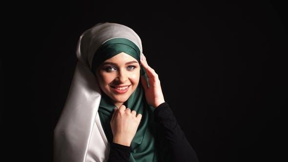 Thumbnail for Porträt Schöne muslimische Mädchen in Hijab suchen in Kamera