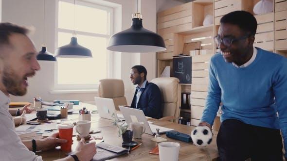Thumbnail for African American Worker spricht mit Company Boss. Glückliche gemischte Ethnizität Kollegen arbeiten in Trendy