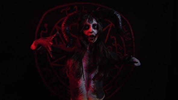 Cover Image for Dämonin beugt sich in einem rituellen Tanz, um Dämonen zu beschwören