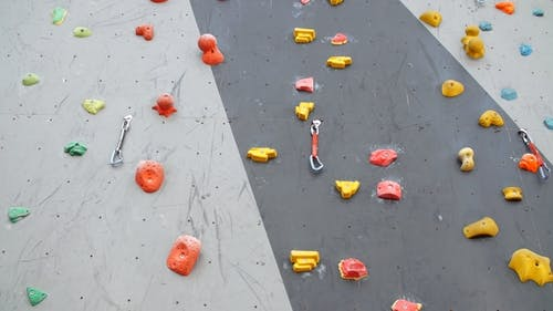 Künstliche Kletterwand Kletterwand zum Üben. Kletterwand