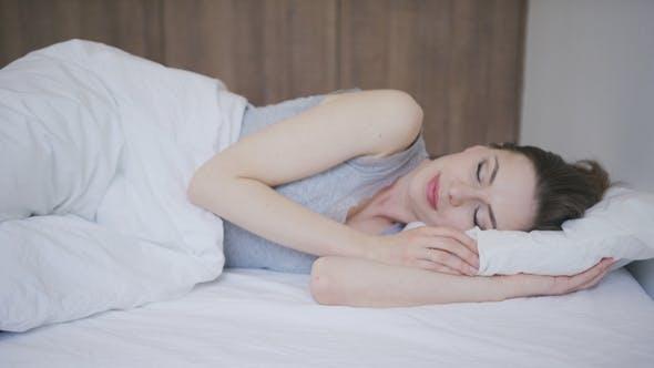 Mujer durmiendo sobre colchón de Daniel_Dash en Envato Elements
