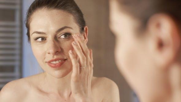 Thumbnail for Frau Anwendung Creme in der Nähe der Augen