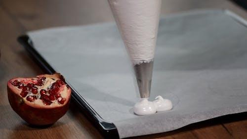 Pastry Squeeze Baiser aus einem Spritzbeutel