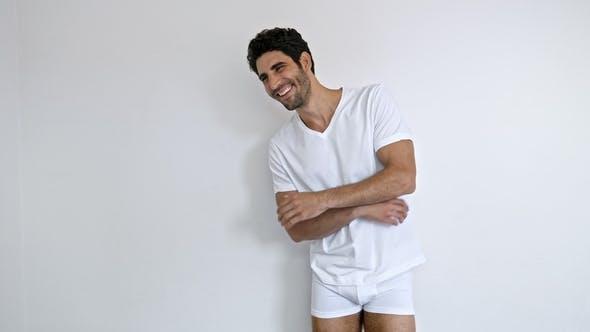 glücklich Kerl in Shorts