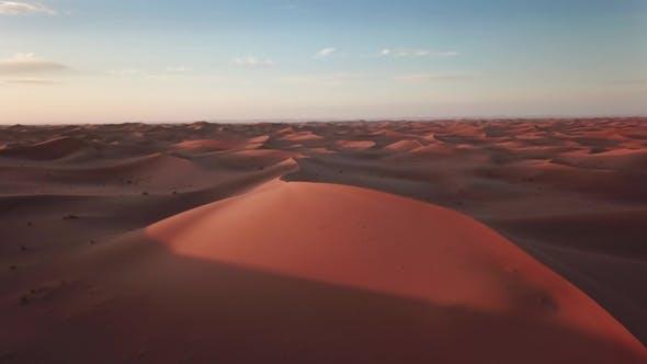 Thumbnail for Sanddünen und fliegende Krähen in der Sahara Wüste