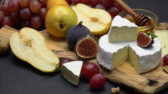 Cover Image for Video of Brie or Camembert Cheese and Grapes