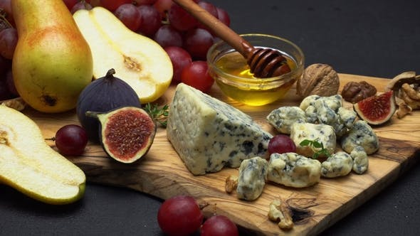 Cover Image for Video of Roquefort or Dorblu Cheese and Grapes
