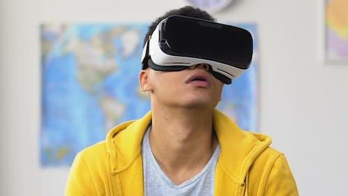 Afroamerikanischer Teenager-Typ mit Virtual Reality Headset, Freizeit-Lifestyle