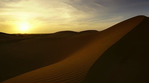 Landschaft in Sahara Wüste bei Sonnenuntergang