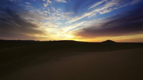 Landschaft in Sahara Wüste bei Sonnenaufgang