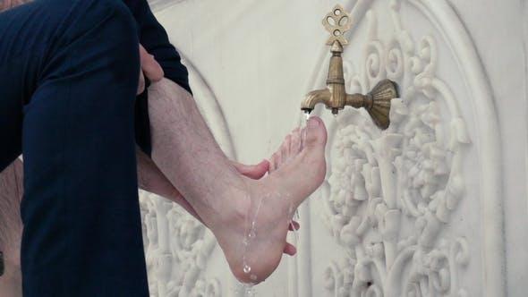 Thumbnail for Filmmaterial. Waschen der Füße vor dem Gebet