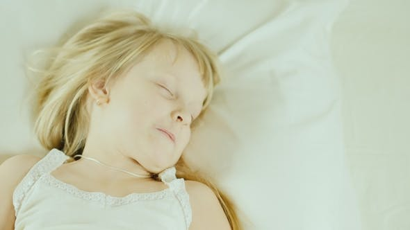 Cover Image for Little Girl Is Sleeping in Bed.